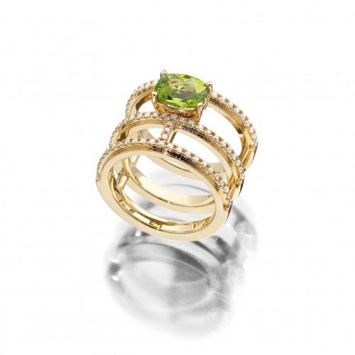 Ring Evaine aus der eigenen Goldschmiede in 18kt Gelbgold mit grünen Peridot und Brillanten