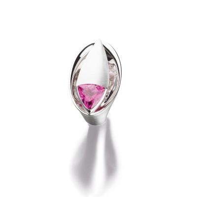 Statement- Ring mit rosa Turmalin im Trilliantschliff in 18kt Weißgold mit feinen Brillanten