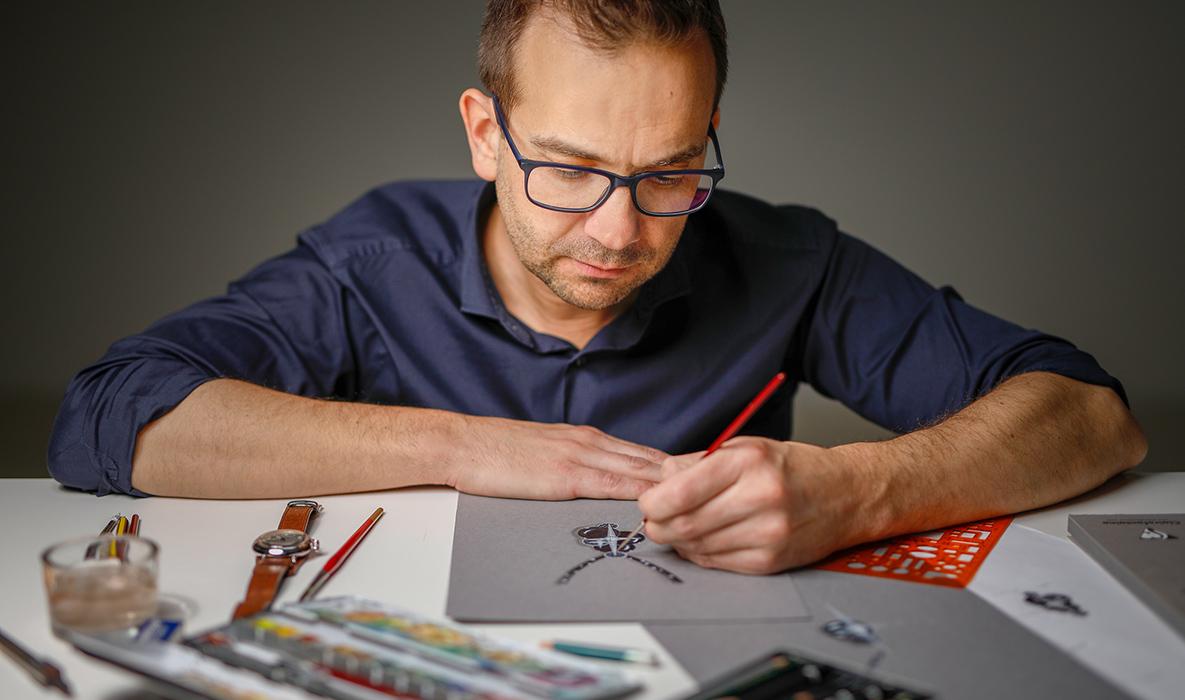 Andreas Ableitner beim händischen Zeichnen eines Entwurfes