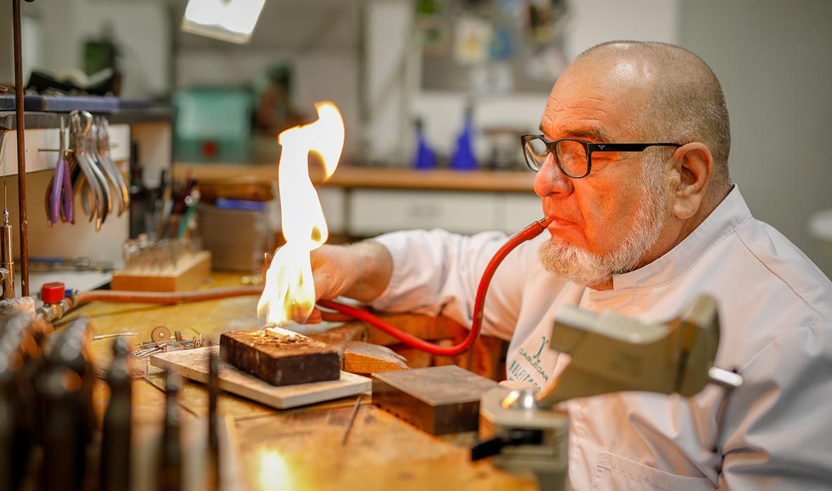 Juwelier und Goldschmiedemeister Leonhard Ableitner an der Werkbank im Schmuckatelier