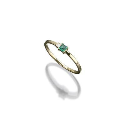 Zarter Ring in 585/000 Gelbgold mit einem Smaragd und Diamanten im Karreeschliff