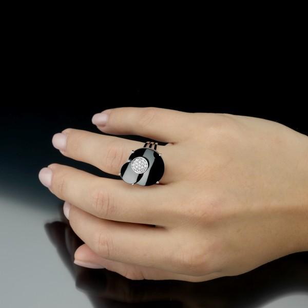 Tragebeispiel: Ring Ceramic Cosmos mit feinen Brillanten und schwarzer kratzfester Keramik