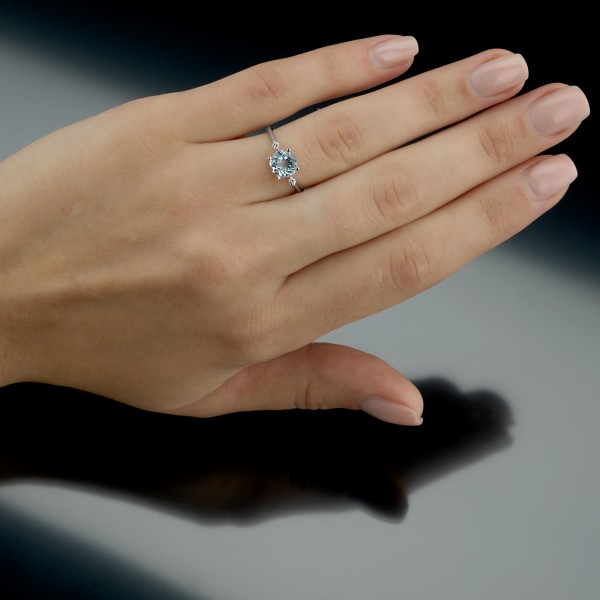 Tragefoto des Ringes der Linie Free Jewelry Swing