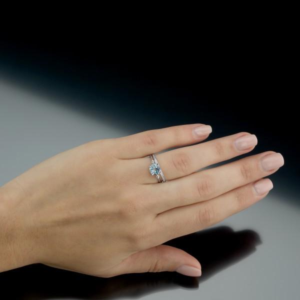 Tragefoto des Ringes der Linie Free Jewelry Swing mit einem Evaine- Memories Beisteckring