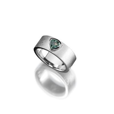 Ring in 950/000 Platin mit grünen Saphir und eismatter Oberfläche