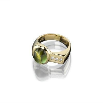 Ring mit grünen Turmalin im Cabochonschliff und drei Brillanten