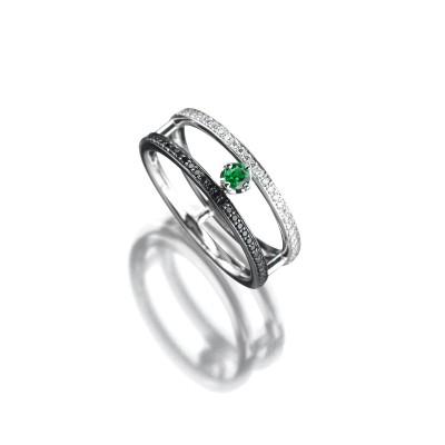 Ring mit grünen Edelstein im Zentrum