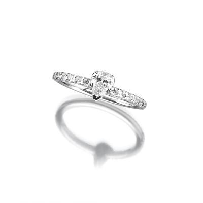 Verlobungsring mit Diamanten im Tropfenschliff