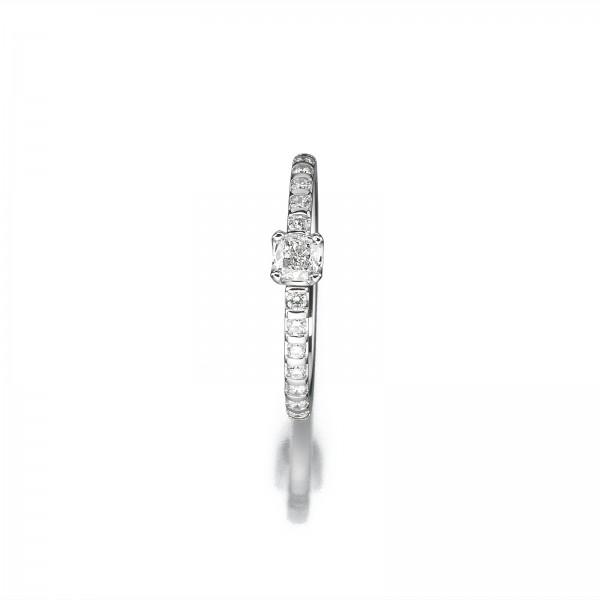 Ring mit Diamant im Cushionschliff