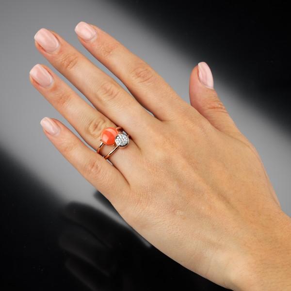 Korallenring am Ringfinger linke Hand