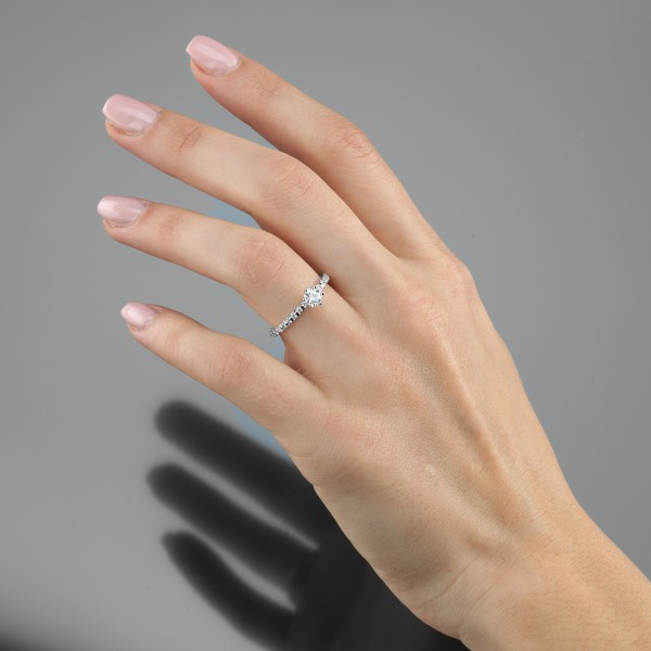 Exkludiver Platin-Solitärring am Ringfinger der linken Hand