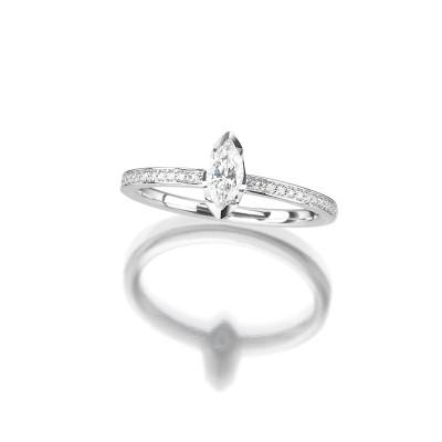 Verlobungsring mit Diamanten im Navetteschliff